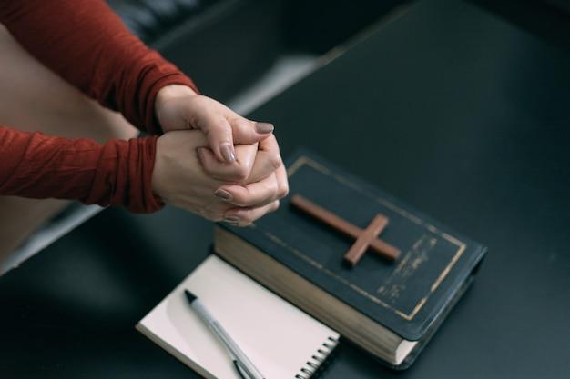 Asiatische frau, die morgens zu gott betet, spiritualität und religion, religiöse konzepte