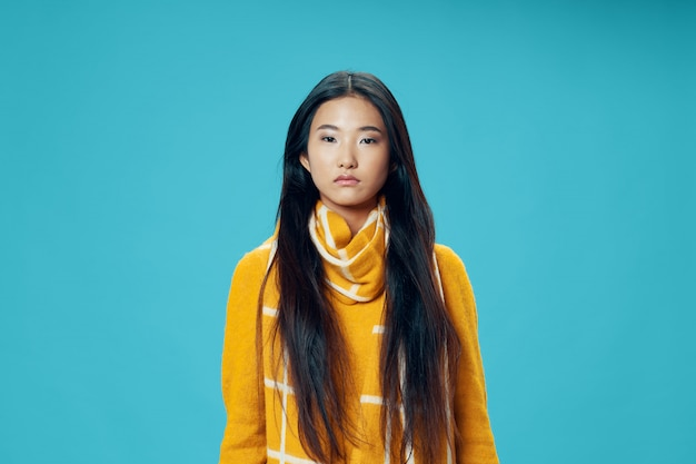 Asiatische frau, die porträt aufwirft