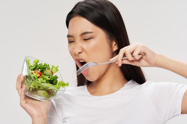 Asiatische frau, die salat isst