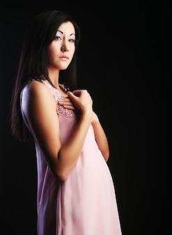 Asiatische frau, die schönes modekleid trägt