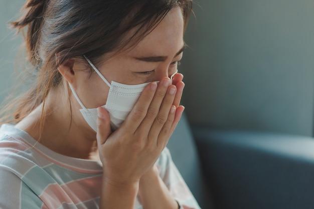 Asiatische frau, die schutzhygienemaske trägt