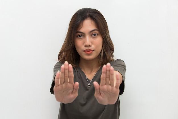 Asiatische frau, die stoppgeste mit ihrer hand macht