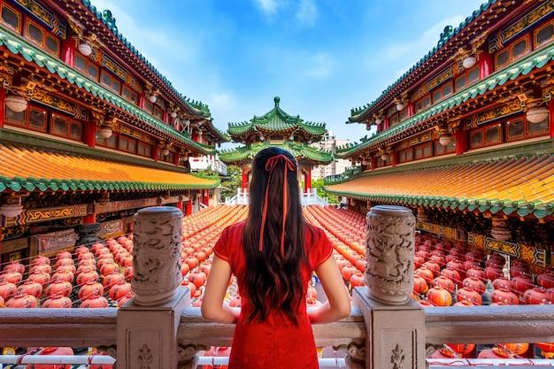 Asiatische frau, die traditionelle chinesische kleidung am sanfeng-tempel in kaohsiung, taiwan trägt.