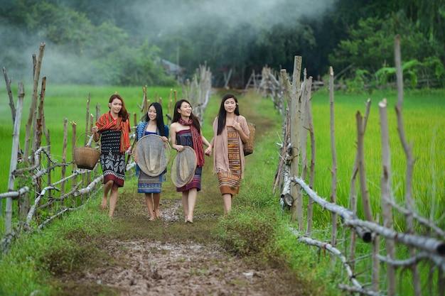 Asiatische frau, die traditionelle thailändische leute, vintage-art, thailand trägt