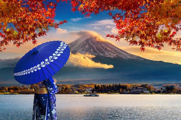 Asiatische frau, die traditionellen japanischen kimono am fuji-berg trägt.