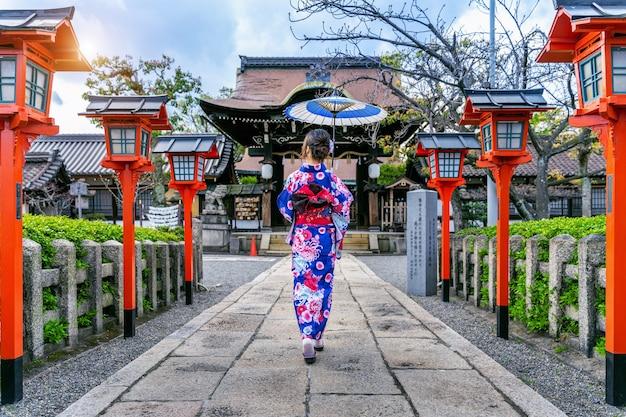 Asiatische frau, die traditionellen japanischen kimono am kyoto-tempel in japan trägt.