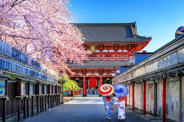 Asiatische frau, die traditionellen japanischen kimono am tempel in tokio, japan trägt.