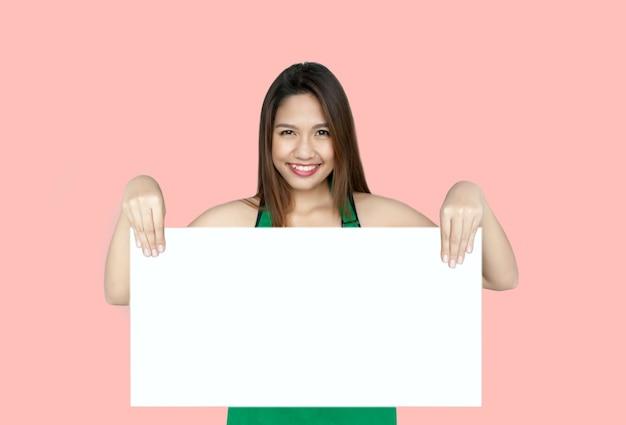 Asiatische frau, die weiße tafel zeigt