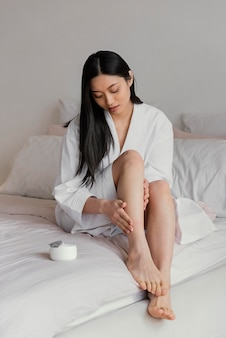 Asiatische frau, die zu hause entspannt