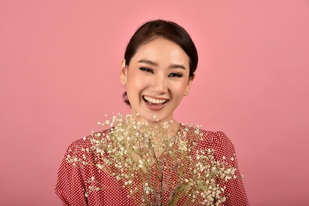 Asiatische frau froh, einen schönen blumenstrauß zu erhalten, porträt der glücklich lächelnden frau mittleren alters in der freizeitkleidung