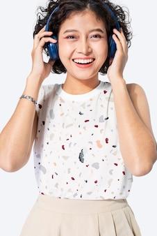 Asiatische frau im abstrakten bedruckten t-shirt studioportrait