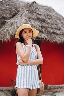 Asiatische frau im urlaub am strand