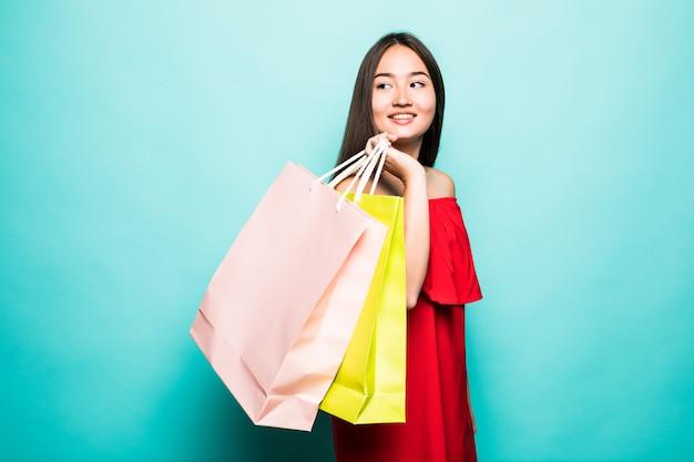 Asiatische frau kaufen im sommer mit einkaufstaschen ein, genießt das einkaufen.