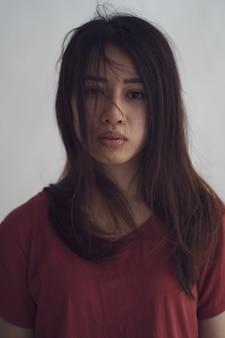 Asiatische frau leidet an depressionen, die zu körperlicher schwäche führen
