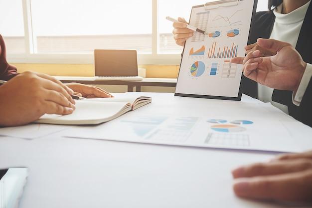 Asiatische frau manager setzen ihre ideen und schreiben business-plan am arbeitsplatz, machen notizen in dokumenten auf dem tisch im büro, vintage-farbe, tiefenschärfe. geschäftskonzept.