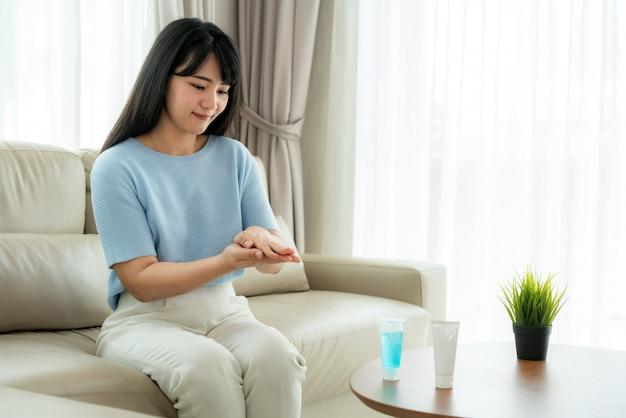 Asiatische frau mit alkohol antiseptisches gel, prävention, hände häufig reinigen, infektionen verhindern, ausbruch von covid-19 hände waschen
