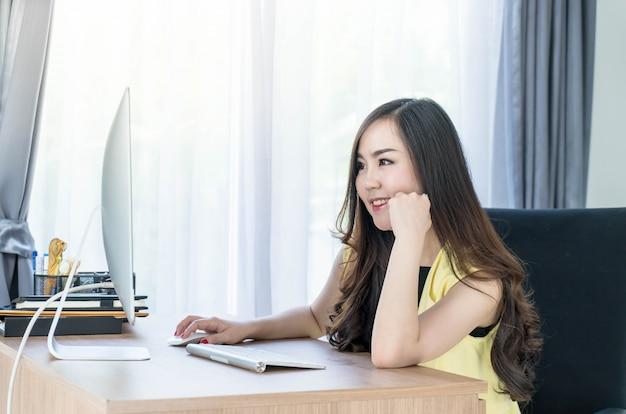 Asiatische frau mit computer