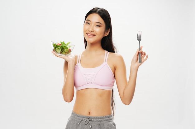 Asiatische frau mit einem salat