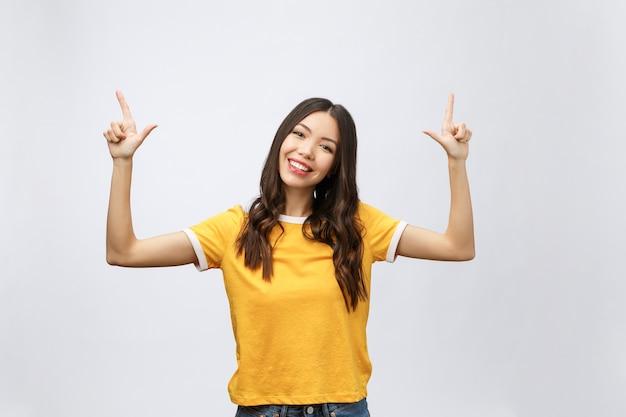 Asiatische frau mit finger oben auf weiß isolieren