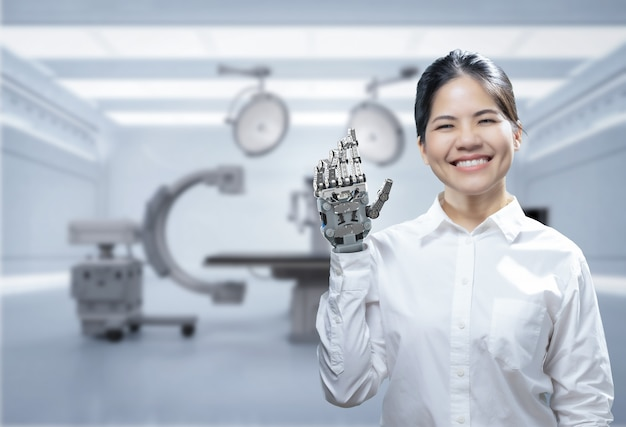 Asiatische frau mit metallhandprothese