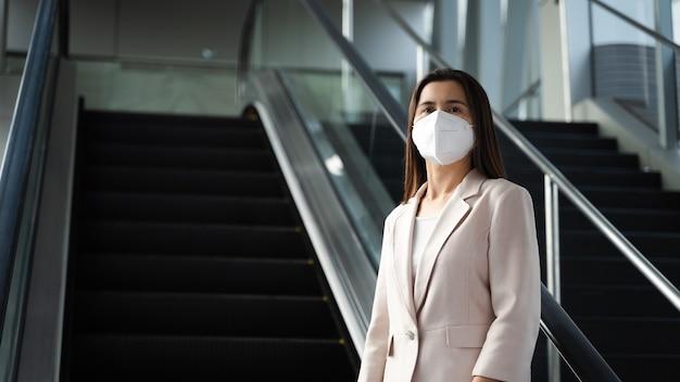 Asiatische frau mit n95-gesichtsmaske zum schutz der verschmutzung pm2,5 und des virus. covid-19 coronavirus und luftverschmutzung pm2.5 gesundheits- und medizinisches konzept.