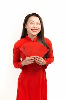 Asiatische frau mit roten umschlägen für ein frohes neues mondjahr, vietnamesischer tet-urlaub?
