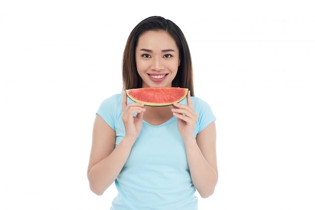Asiatische frau mit scheibe der wassermelone