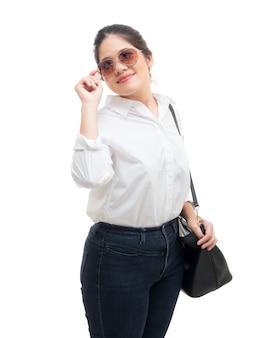 Asiatische frau mit sonnenbrille auf weißem hintergrund