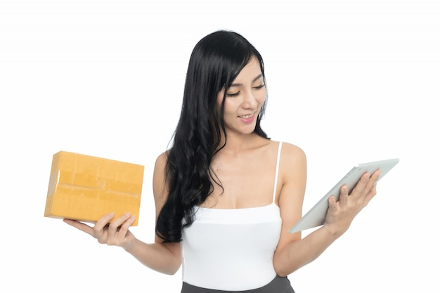 Asiatische frau mit tablette
