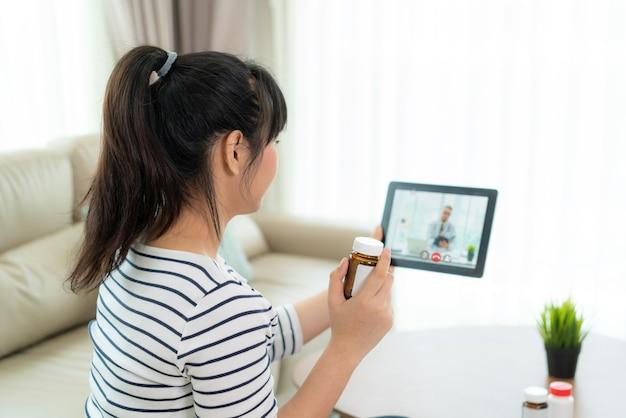 Asiatische frau mit videokonferenz, online-konsultation mit arztberatung