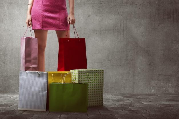 Asiatische frau mit vielen einkaufstüten