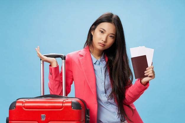 Asiatische frau reist mit einem koffer in ihren händen, urlaub, studio