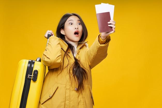 Asiatische frau reist mit einem koffer in ihren händen, urlaub,