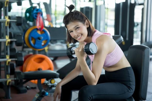 Asiatische frau spielen fitness im fitnessstudio