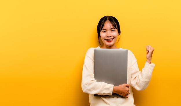 Asiatische frau und laptop und arbeiten gerne foto einer schönen asiatischen frau, die gerne arbeitet