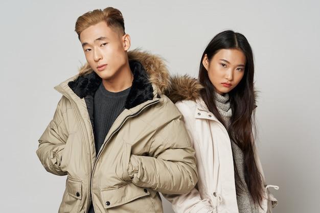 Asiatische frau und mann auf hellem farbaufstellungsmodell zusammen