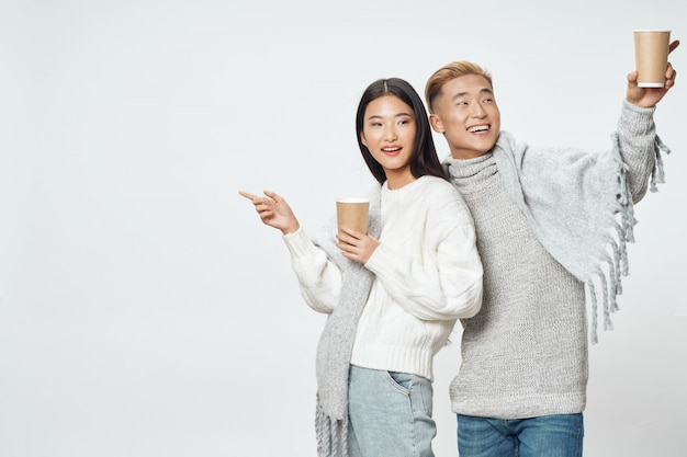 Asiatische frau und mann auf hellem farboberflächenaufstellungsmodell zusammen
