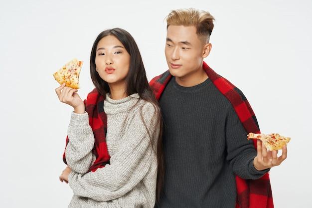 Asiatische frau und mann, die modell zusammen aufwerfen
