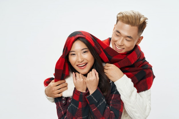 Asiatische frau und mann mit winterkleidung