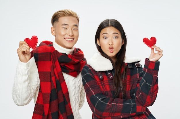 Asiatische frau und manposing modell zusammen