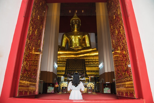 Asiatische frau, zum der buddha-statue in ayutthaya, thailand zu respektieren.