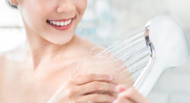 Asiatische frauen benutzen dusche