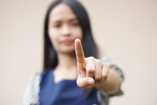 Asiatische frauen benutzen ihre hände, um technologiegeräte auszuwählen