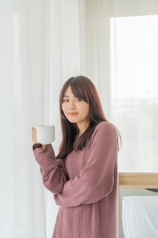 Asiatische frauen, die morgens kaffee trinken