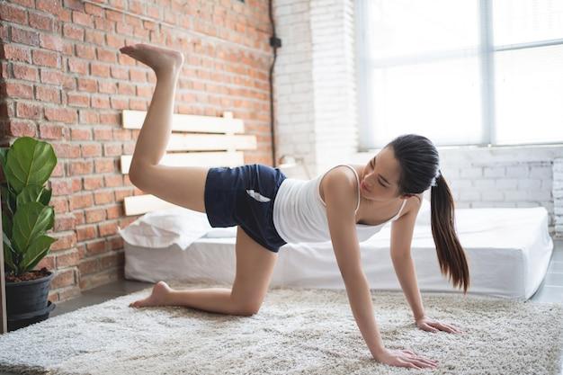 Asiatische frauen, die morgens zu hause trainieren.