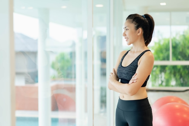 Asiatische frauen, die sich vor dem training dehnen und aufwärmen