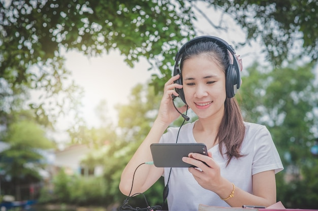 Asiatische frauen, die zu hause im call center arbeiten