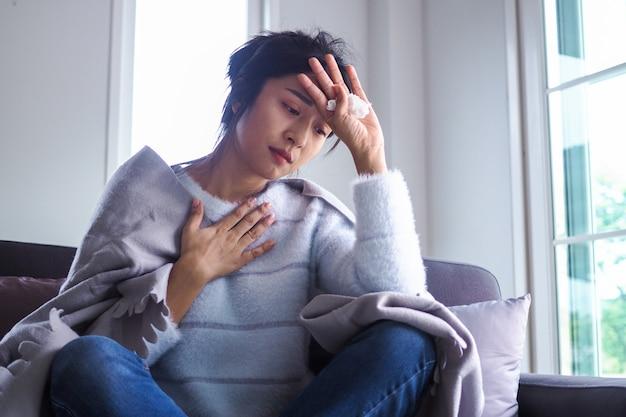 Asiatische frauen haben angina, hohes fieber und chronischen husten.
