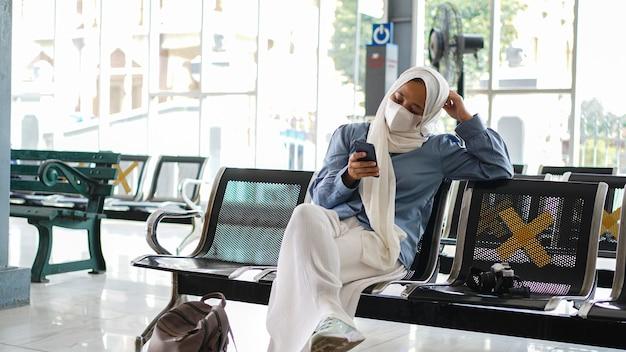 Asiatische frauen haben es satt, am bahnhof zu warten