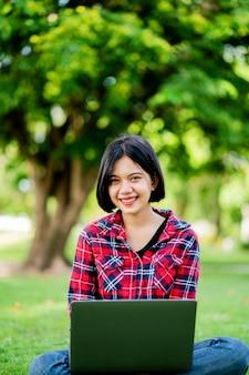 Asiatische frauen lächeln glücklich und laptop. arbeiten sie online online-kommunikation messaging online-lernen online-kommunikationskonzept